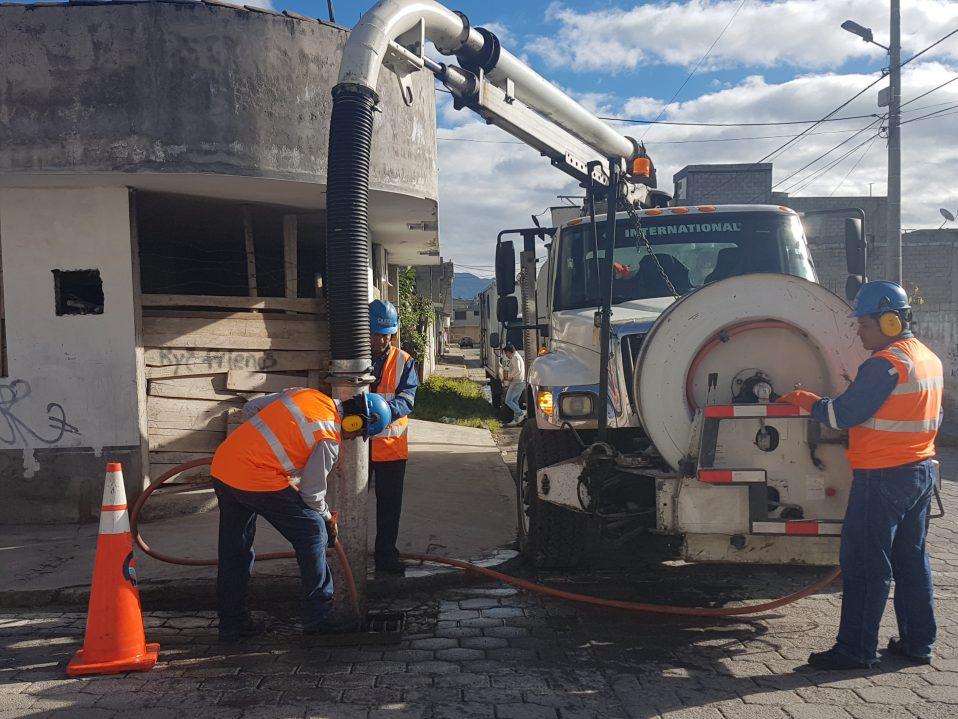 Mantener operativo el sistema de alcantarillado una labor for Agua potable quito
